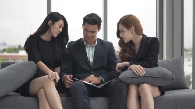 Business-Team-Konferenz sind Diskussionsveranstaltung und Analyse und Planung Strategie Unternehmen. Gruppe von Kollegen sitzen und denken eine neue Ideen zum Erfolg