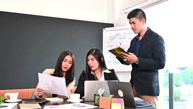 vídeos y material grabado en eventos de stock de equipo de negocios discutiendo y reunión en oficina - compromiso de los empleados