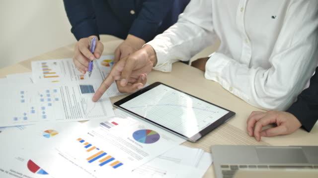 vídeos de stock e filmes b-roll de business team discussing on financial data together - relatório