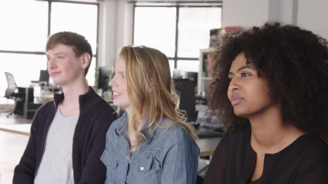 geschäftsteam während eines treffens im amt - speech stock-videos und b-roll-filmmaterial