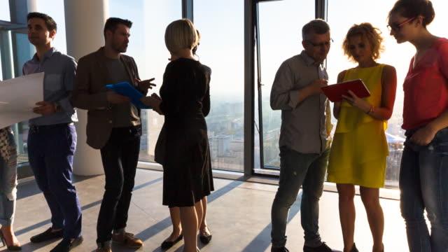 vídeos de stock, filmes e b-roll de ms pan business team having a meeting - envolvimento dos funcionários
