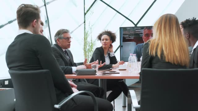 vídeos y material grabado en eventos de stock de equipo de negocios tener video llamada con su manager - conferencia telefonica