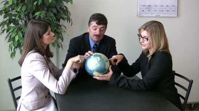 stockvideo's en b-roll-footage met (hd1080i) business team holds up globe - werkgelegenheid en arbeid