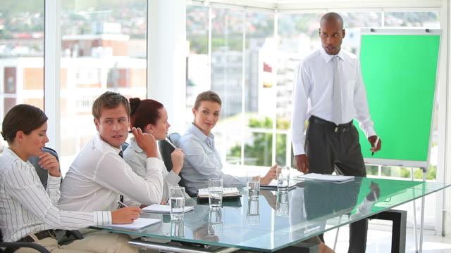 stockvideo's en b-roll-footage met business team in a conference room - overhemd en stropdas