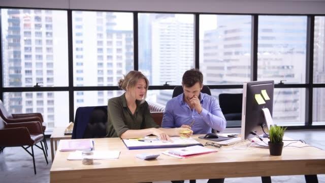 vídeos de stock, filmes e b-roll de equipe do negócio no escritório moderno - investimento