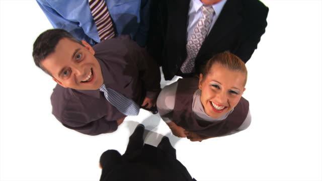 vídeos de stock e filmes b-roll de grou de hd: negócios equipe rir - camisa e gravata
