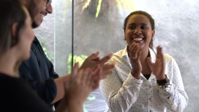 vídeos de stock, filmes e b-roll de conceito de apploud da realização da reunião da equipe do negócio - motivação