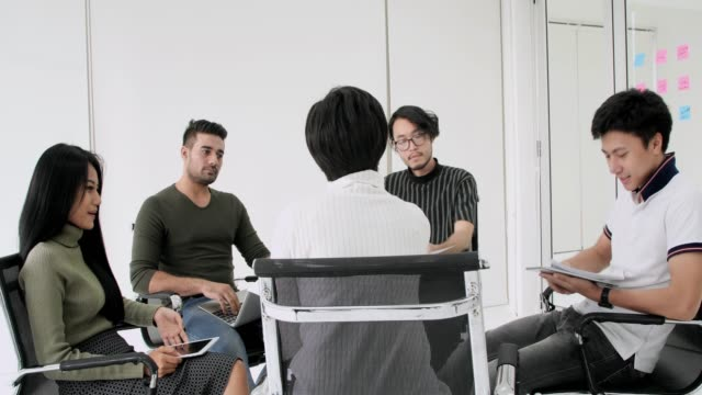 会議テーブルの周りに座っているビジネス チーム - カジュアルウェア点の映像素材/bロール