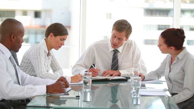 vídeos y material grabado en eventos de stock de business team talking and taking notes - camisa y corbata