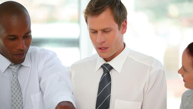stockvideo's en b-roll-footage met business team talking to each other - overhemd en stropdas
