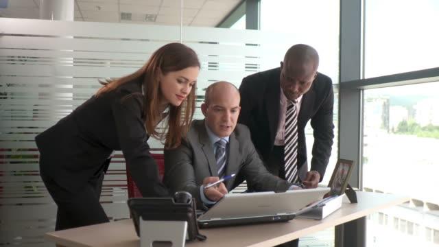 dolly hd: business-team - krawatte stock-videos und b-roll-filmmaterial