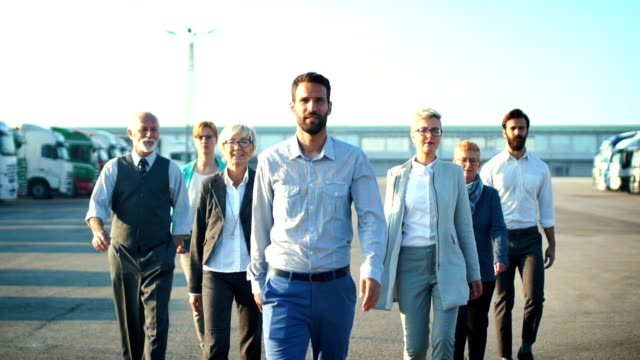 stockvideo's en b-roll-footage met business team buiten wandelen in slow motion. - walking