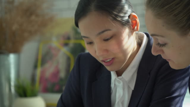 business team working in casual meeting - asian colleague stock videos & royalty-free footage