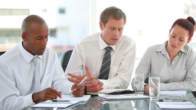 vidéos et rushes de business team working together - chemise et cravate