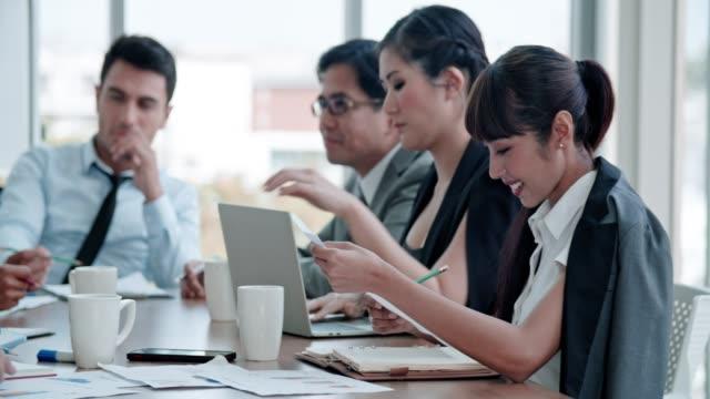 stockvideo's en b-roll-footage met business team samenwerken - mixed race person