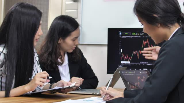 ビジネス、金融の統計情報の操作をチーム - 法人ビジネス点の映像素材/bロール