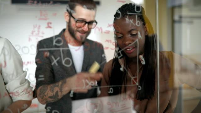 ビジネス チーム執筆アイデアにガラス スクリーン中会議 - 天地創造点の映像素材/bロール