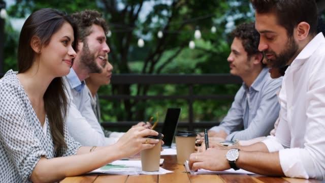 vídeos de stock, filmes e b-roll de equipes de negócios trabalham juntos e confiarem um no outro - xícara