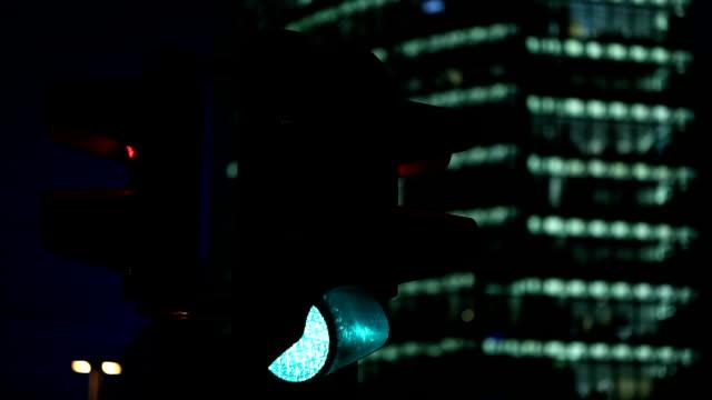 Business Towers mit einer Ampel in den Vordergrund.