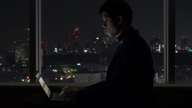 affärsresor verksamhet man arbetar i hotellrum på natten - hotell bildbanksvideor och videomaterial från bakom kulisserna