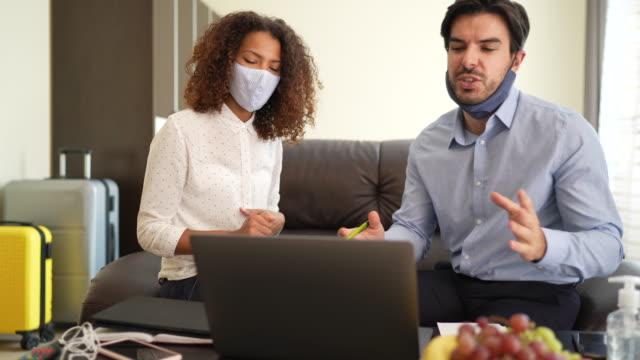 geschäftsreisen während der covid-19-pandemie - hot desking arbeitsplatz stock-videos und b-roll-filmmaterial