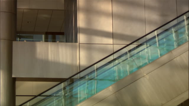 business travelers riding escalators at airport - aktentasche stock-videos und b-roll-filmmaterial