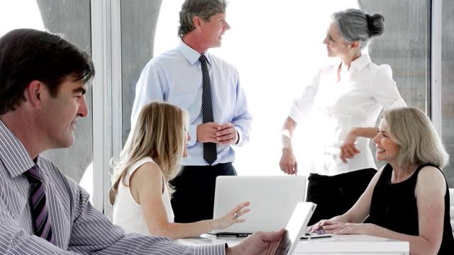 vídeos y material grabado en eventos de stock de unformal hablar de negocios - business talk frase corta