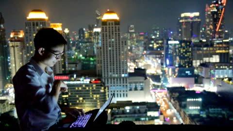 vídeos y material grabado en eventos de stock de negocios con ordenador portátil y tableta digital en el fondo de skyscaper - intelligence