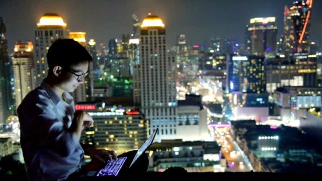 vídeos y material grabado en eventos de stock de negocios con ordenador portátil y tableta digital en el fondo de skyscaper - inteligencia