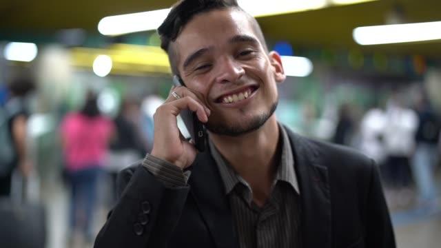 vidéos et rushes de entreprise en utilisant mobile sur métro - latin american culture
