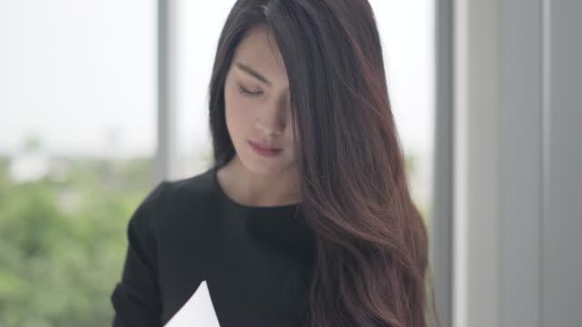 Geschäftsfrau, Analyse und Planung Strategie Unternehmen. Arbeiter sitzen und denken eine neue Ideen zum Erfolg