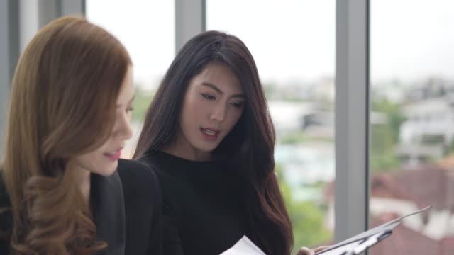 vídeos de stock, filmes e b-roll de mulher de negócios e parceiro de análise e planejamento de negócios de estratégia. trabalhador sentado e pensando uma novas ideias para o sucesso - auditório