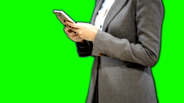 vídeos de stock e filmes b-roll de business woman arguing on the phone with green screen background - personas