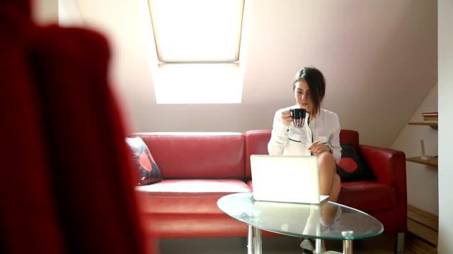vidéos et rushes de femme d'affaires à la maison à l'aide d'ordinateur portable - enjoyment
