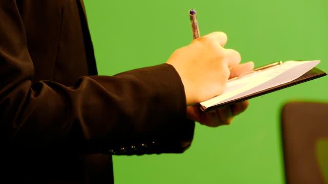 vídeos de stock e filmes b-roll de negócios mulher a verificar dados na aplicação notas. - seguro médico