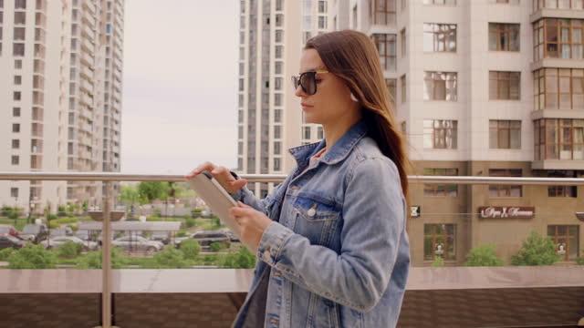 vidéos et rushes de business woman checks email on the go - 25 29 years