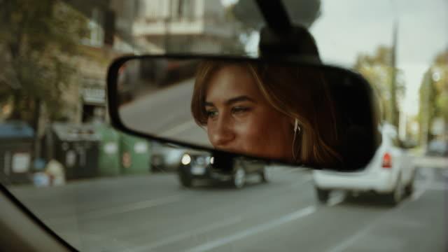 vídeos de stock, filmes e b-roll de mulher de negócio que comuta, dirigindo o carro em roma - dirigir