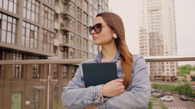vidéos et rushes de business woman confident about making a great success in the cit - 25 29 years