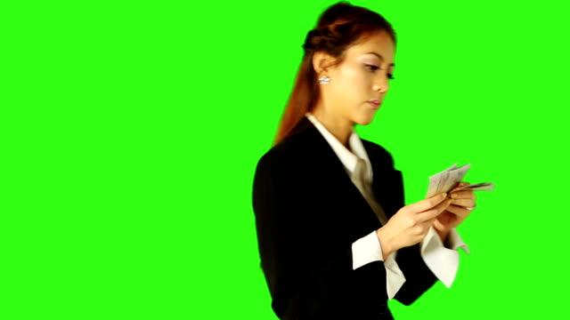 geschäftsfrau zählt geld mit green-screen-hintergrund - keyable stock-videos und b-roll-filmmaterial