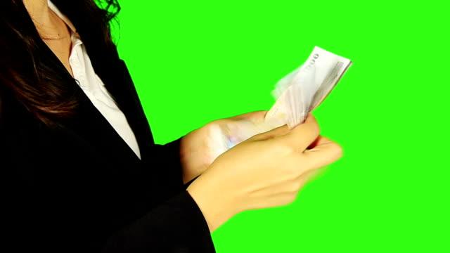 vidéos et rushes de femme d'affaires compte argent avec écran vert en arrière-plan - keyable