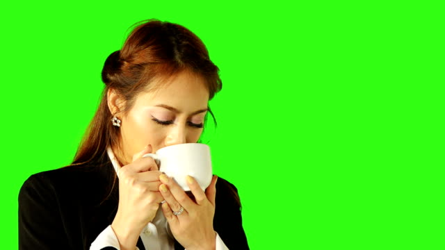 stockvideo's en b-roll-footage met business woman drinking coffee and looking up - keyable
