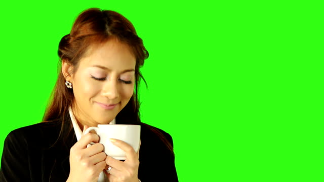 stockvideo's en b-roll-footage met business woman drinking coffee with green screen background - keyable