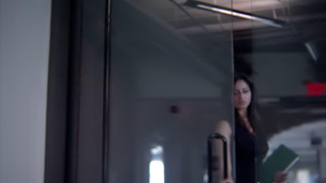 ビジネスの女性を入力 - ノースリーブトップ点の映像素材/bロール