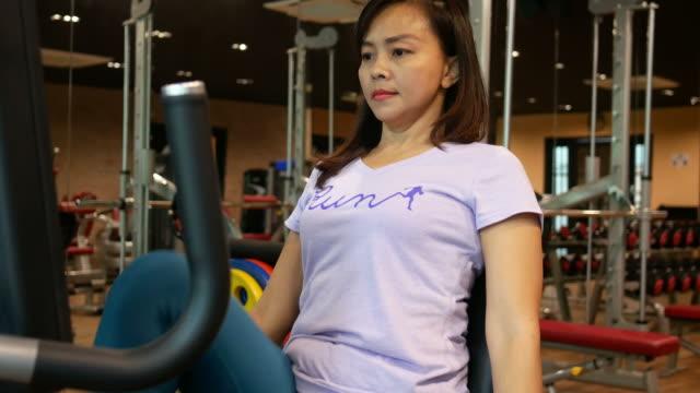 Business Frau Übung in der Turnhalle