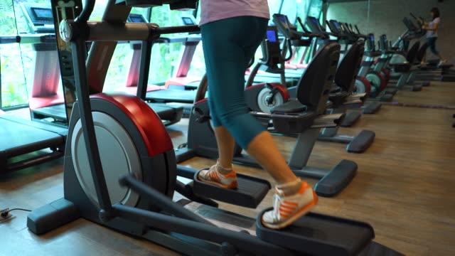 vidéos et rushes de affaires femme exercice dans la salle de gym. - quadragénaire