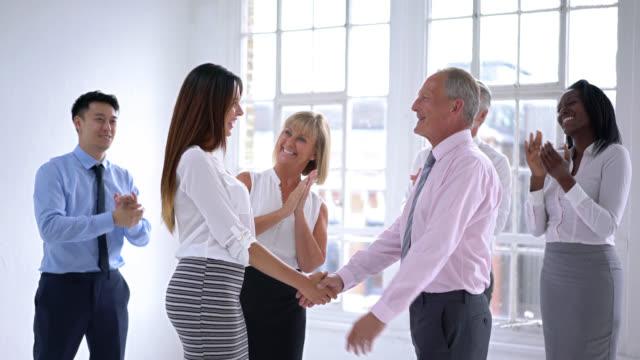 Zakelijke vrouw krijgen bevorderd en groep vieren