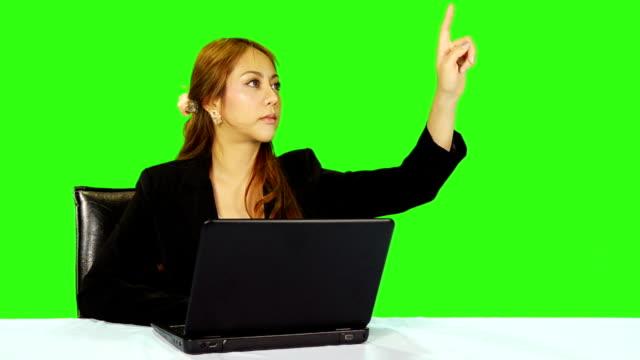 vídeos de stock e filmes b-roll de mulher de negócios gestos de mão movimento com verde fundo do ecrã - codificável