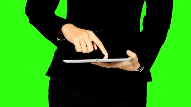 ビジネスの女性の手の動き背景にグリーンスクリーンタッチスクリーン - キーアブル点の映像素材/bロール