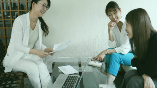 business woman has consulted financial services in the office lobby - 40代点の映像素材/bロール