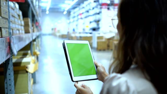 クロマキー デジタル タブレット緑画面で在庫確認、倉庫型店舗ビジネス ・ ウーマン - メガストア点の映像素材/bロール
